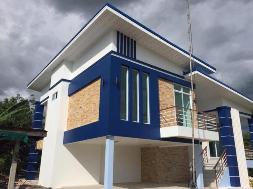 บ้านชั้นครึ่งสไตล์โมเดิร์น ตกแต่งในโทนสีน้ำเงินโดดเด่น