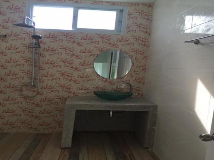 ทำให้บ้านดูโล่งโปร่งสบาย ไม่อึดอัด โดยบ้านหลังนี้มีพื้นที่ใช้สอย 150 ตารางเมตร ประกอบด้วย 3 ห้องนอน 2 ห้องน้ำ 1 ห้องครัว 1 ห้องโถง ที่จอดรถ 1 คัน