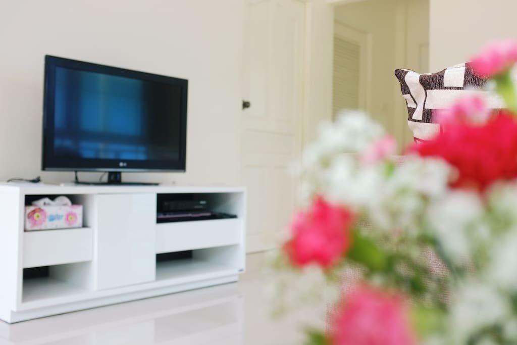 บ้านโมเดิร์นชั้นเดียวขนาดเล็ก สไตล์รีสอร์ท ตกแต่งด้วยโทนสีฟ้าสดใสและแสงไฟวอร์มไลท์แสนอบอุ่น