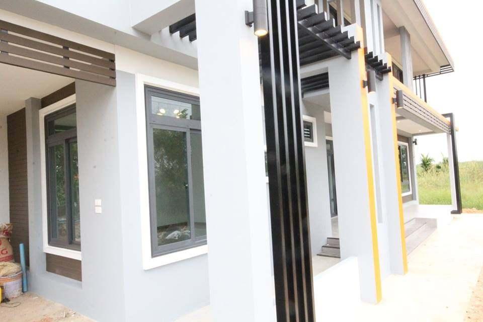 บ้าน 2 ชั้นสไตล์โมเดิร์น ดีไซน์แบบโล่งโปร่ง รายล้อมด้วยกระจกใส น่าอยู่มาก