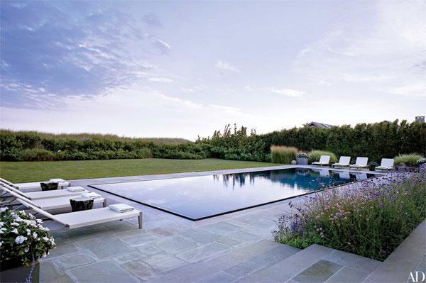 เพียงตกแต่งให้เหมือนกำลังแสดงงานอาร์ทกลางแจ้งนั่นล่ะค่ะ สำหรับบ้านหลังนี้ ใน ลอง ไอส์แลนด์บีช Hollander เลือกแต่งสระว่ายน้ำด้วยกระเบื้องสีเข้ม เพื่อให้สะท้อนท้องฟ้า ซึ่งจะเปลี่ยนสีตามสภาพอากาศ