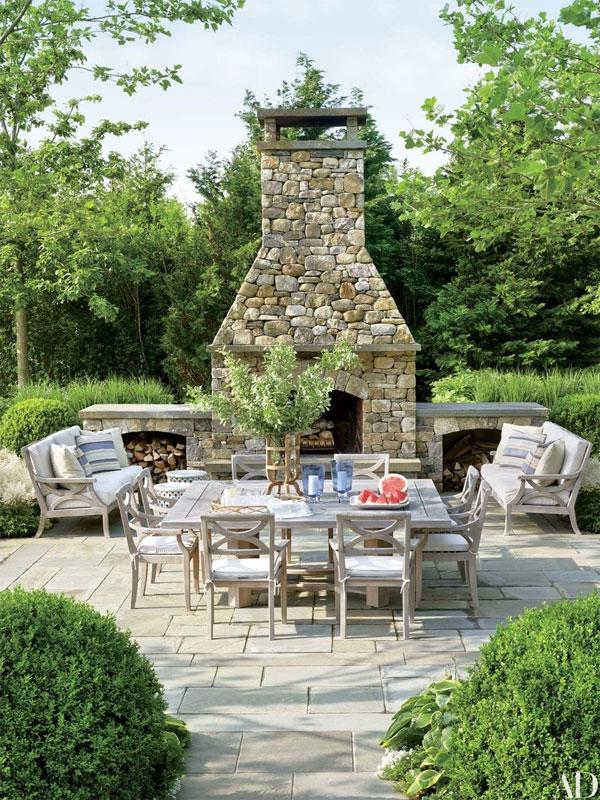 สำหรับการออกแบบสวน บ้านของ Susan และ Gary Garrabrant ใน แฮมพ์ตั้น Hollander สร้างเตาผิงสำหรับให้ใช้พื้นที่กว้างแห่งนี้ร่วมกันท่ามกลางอากาศหนาวเย็นในสวน ยามค่ำคืน