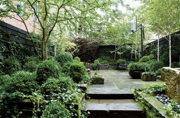 แนวรั้ว และ การจัดวางหิน เป็นส่วนสำคัญของทัศนียภาพสวน