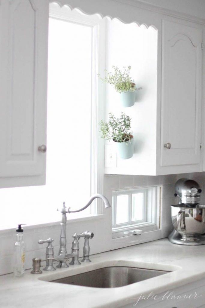 ส่วนที่ว่างบนผนังระหว่างตู้เก็บของในห้องครัวก็สามารถติดกระถางสมุนไพรลอยได้ เป็นไอเดียที่ประหยัดพื้นที่สุดๆ